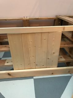 How to build pallet seating with built-in storage hidden storage. This DIY is quick, easy and super cheap! Check out the full tutorial here to build yours! Pallet Seating, Pallet Bench, Diy Fan, Uk Homes, Pallet Creations, Diy Pallet Projects, Built In Storage, Project Yourself, Home Renovation