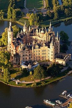 Germany's 10 Most Beautiful Castles (VIDEO) Schwerin castle. Beautiful Castles, Beautiful Buildings, Beautiful Places, Chateau Medieval, Medieval Castle, Architecture Old, Beautiful Architecture, Places Around The World, Around The Worlds