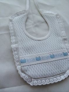 Ideas que mejoran tu vida Crochet Baby Bibs, Baby Sewing, Easy Diy Projects, Holidays And Events, Chelsea, Crochet Necklace, Embroidery, Boutique, Clothes