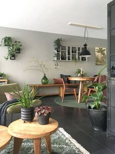 Look inside Elske - My Simply Special - living room / green sofa / wood / plants / urban / gray / black / interior / inspiration / design / - Living Room Green, Living Room Colors, Interior Design Living Room, Home And Living, Living Room Designs, Small Living, Green Sofa, Wood Sofa, Living Room Inspiration