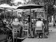 Bar en la calle. Aparecen en algunos barrios mesas en la calle y la gente disfruta.Mágica Buenos Aires.#Fotos,#fotografias,#fotosblancoynegro,#paisajeurbano,#fotografiacallejera,#genteenelpaisaje,#streetphotography,#citiscape,#blacandwihte,@fotossinporque ,#fotografos_argentina,
