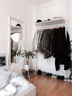 Praktische Kleiderstange in WG-Zimmer in Stuttgart.  Wohnen in Stuttgart. #Stuttgart #WGLeben #WGZimmer ähnliche tolle Projekte und Ideen wie im Bild vorgestellt findest du auch in unserem Magazin . Wir freuen uns auf deinen Besuch. Liebe Grüße