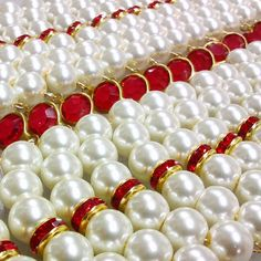 Más de lo nuevo!! Perlas de vidrio, cristales checos y cristales checos estilo Chanel.  #bijouterias #bijoux #bisuteria #joyas #jewlery #jewlerydesign #design #diseño #disegno #red #white #crystal #cristal #perl #perla #handmade