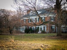 Old abandoned mansions. Old Abandoned Buildings, Abandoned Property, Abandoned Mansions, Old Buildings, Abandoned Places, Beautiful Ruins, Beautiful Buildings, Beautiful Homes, Creepy Houses