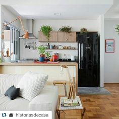 Olha só a RK3076 na cor zarcão! A arandela em cima do balcão combinou muito bem com o apartamento inteiro da @renataleite, como mostrou o @historiasdecasa! Parabéns! #reka #iluminacao #design #decor #architecture #light #lighting ・・・ hoje tem história novinha no blog, eba!!! ♥ o apê da arquiteta @renataleite está cheio de ideias bacanas: tem varanda que virou sala, cozinha integrada, cimento queimado no piso e móveis de várias origens (de ferro-velho, de família, de design assinado...) para…
