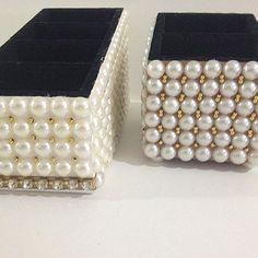Porta controle remoto com 4 e 2 repartições! Customizado todo em pérolas e alfajores dourado, feitos sob encomenda watsapp 31 985250900 ou facebook !