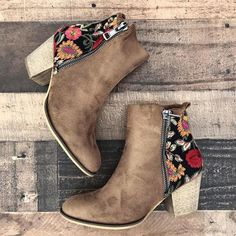 - Bonnieshoes Vintage Embroidered Chunky Heel Booties Style Fashion, Stylish Item Boots Up - Amo Jeans, Shoes 2018, Cowgirl Boots, Shoe Boots, Women's Shoes, Shoes Sneakers, Shoes Style, Cute Shoes Boots, Taupe Shoes