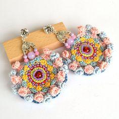 rosa blu orecchini, shabby chic orecchini, orecchini grande mandala, insoliti orecchini, orecchini di pom pom pastello, grandi orecchini, orecchini oversize