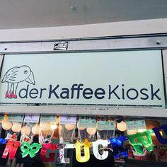 Frühstück am Wilhelmplatz Mit urbanem Markt-Feeling in den Tag starten, das geht am besten samstags am #Wilhelmplatz in #Nippes. Schnappt euch einen #VanDyck #cappuccino und eine der wahnsinnig köstlichen Marktstullen (Gouda, Honigsenf, selbstgemachter Kräuterfrischkäse, geriebene Möhren und Kräuter 😍) und ab auf die Stufen, von denen aus man über den gesamten Platz gucken kann. Da die Stufen leider etwas dreckig sind, bieten die Betreiberinnen vom #Kaffeekiosk extra ausleihbare…