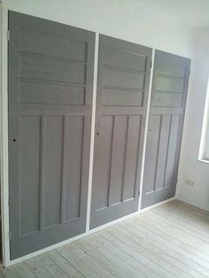 Kast van oude deuren. Kleur kan bijvoorbeeld zijn van Dimago New Traditionals Smoke. www.biggelaarverfenwand.nl