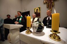 Piłka wystawiona do adoracji (?) między dwiema świecami na ołtarzu.