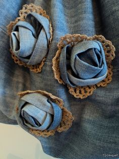 Fabric flowers: crafts for summer: sewing bag - crafts ideas - crafts for kids Jean Crafts, Denim Crafts, Denim And Lace, Denim Flowers, Fabric Flowers, Lace Flowers, Flores Denim, Fabric Crafts, Sewing Crafts