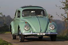 Foto Galerie mit Fotos zum Artikel «Der Käfer - VW 1200 De Luxe - immer wieder geht die Sonne auf». Jeder kennt ihn, fast jeder ist ihn gefahren oder weiss jemanden, der es tat. Der VW Käfer war in den Sechziger- und Siebzigerjahren das meistverbreitete Auto auf unseren Strassen. Heute ist der Käfer ein Oldtimer und man sieht ihn nur noch selten im Alltag. Als Oldtimer ist er ein angenehmer Genosse und macht, wenn man ihm seine Schwächen nachsieht, viel Spass, ohne grosse Kosten zu…
