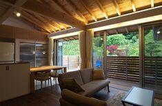 専門家:久保田典明が手掛けた二世帯住宅住宅事例:狭小土地に建つ自然素材で造る2世帯住宅のページ。リノベーション・リフォーム、注文住宅の事例多数、SUVACO(スバコ) Loft, Pergola, Outdoor Structures, Windows, Outdoor Decor, Projects, Home Decor, Log Projects, Blue Prints