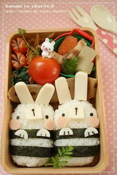 Cute bento and i will thinking again to eat there hehe Japanese Bento Box, Japanese Food Art, Cute Bento Boxes, Bento Box Lunch, Lunch Boxes, Cute Snacks, Cute Food, Food Art Bento, Desserts Japonais