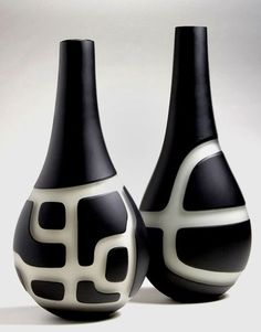 Anu Penttinen - looks like black slip, wax a pattern, then wipe away the slip & a little clay from the non-waxed, negative areas Bottle Painting, Bottle Art, Bottle Crafts, Glass Bottle, Ceramic Vase, Ceramic Pottery, Pottery Art, Sculptures Céramiques, Sculpture Ideas