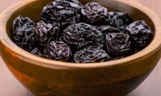 Prunes, the dried plums when taken in form of juice offer amazing benefits. Here are the best benefits of prune juice for skin, hair & health delineated for you. Healthy Eating Tips, Healthy Baking, Brownies Sains, Juice For Skin, Enjoy Your Meal, Water Retention Remedies, Dried Plums, Dried Fruit, The Bo