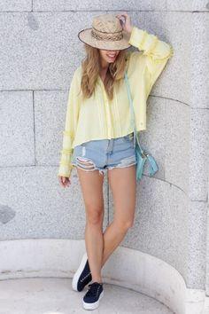 Mini Shorts vaqueros y camisa amarilla