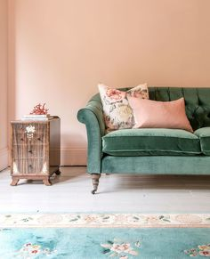 Green velvet sofa anyone! Our Abbotsbury sofa in Portland Teal is a gorgeous piece and against this clay pink 👌What a combo! Button Sofa, Green Velvet Sofa, Chesterfield Sofa, Mid Century Design, Leather Sofa, Home Living Room, Love Seat, Lounge, Interior Design