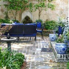 Bianco e blu 💙 #instagarden #instaflower #progetti #elegance #fiori #flowers #fiori #blue #white#green #gardens #giardini #jardins #blooms #nature #mystyle #marinacanazzad #