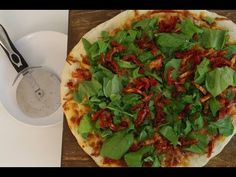 Pizza de Rúcula e Tomate-seco (massa caseira) — Vai Comer o Quê?
