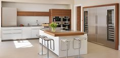 While the minimalist kitchen furniture of the brand may seem simple at first glance, typical features of a Bulthaup kitchen design are the clean lines White Kitchen Cabinets, Kitchen Shelves, Wood Cabinets, Kitchen White, Minimalist Kitchen Furniture, Modern Kitchen Design, Modern Kitchens, Diy Design, Design Ideas