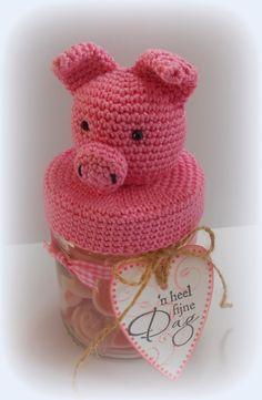 Jolanda's Crea-Blogg: Varkentje Crochet Designs, Crochet Patterns, Crochet Hooks, Crochet Top, Presents For Teachers, Bottle Cover, Jar Lids, Elmo, Crochet Animals
