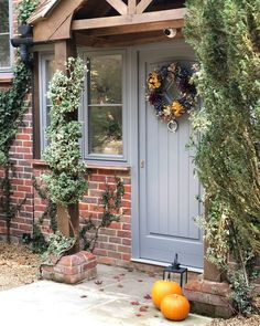 Diy Fall Wreath, Fall Diy, Autumn Wreaths For Front Door, Craftsman Front Porches, Traditional Brick Home, Rustic Houses Exterior, Brick Home Exteriors, Autumn Interior, Paint Colors For Home