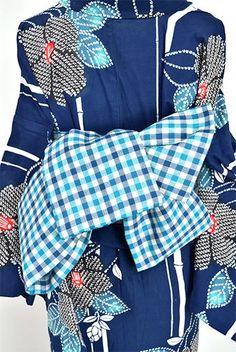 シアンブルーとディープブルーのギンガムチェックがナチュラルモダンな半幅帯です。 Japanese Costume, Japanese Kimono, Yukata Kimono, Traditional Kimono, Japanese Outfits, Geisha, Tartan, Baby Car Seats, Tweed