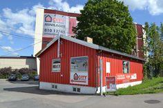 Lageret består av en flyttebutikk, et stort lagerbygg med mange boder og en flott parkeringsplass rett ved inngangen.
