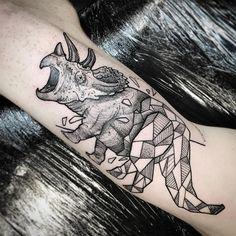 Tatuagem criada por Anderson Felix de Dublin. Dinossauro metade blackwork, metade geométrico.