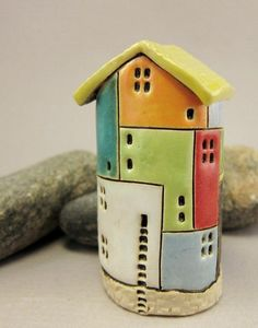 Most current Photographs coil Ceramics projects Style Hundertwasserhaus Knospe Vase aus Steingut… Clay Art Projects, Ceramics Projects, Sculpture Projects, Clay Houses, Ceramic Houses, Aluminum Can Crafts, Pottery Courses, Doll House Crafts, Pottery Store