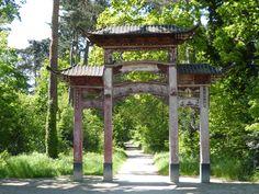 #Porte chinoise. Installée en 1906 dans l'exposition coloniale au #GrandPalais, la porte - dont la provenance reste inconnue - est acquise par ce jardin pour marquer l'entrée de l'exposition coloniale de 1907, Jardin d'Agronomie Tropicale, #Paris #12ème arr.