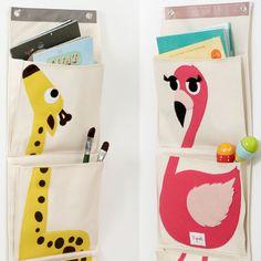 Hængende opbevaringslommer fra 3 Sprouts. Disse væglomme/boglomme kan f.eks hænge ved siden af puslebordet eller i børneværelset. I de tre lommer kan du opbevare alt fra bleer, legetøj til bøger.
