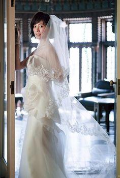 大人っぽさを演出するなら細身のコンシャスドレスで。ウエストにアートのように美しいローズが飾られたドレス。#AneCan #wedding #dress…