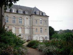 Châteaudun : Façade de l'Hôtel-Dieu, arbustes en fleurs