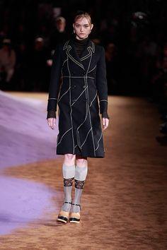 プラダが新ビジュアルにジェマ・ワード起用 - マイゼルが映し出す、美しき矛盾のストーリー | ニュース - ファッションプレス