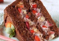 Receita simples de bolo chocolate com morango