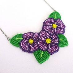 Originální jemný náhrdelník vytvořený velmi náročnou technikou korálkové výšivky. Náhrdelník je ušit z nejmenších japonských korálků značky TOHO. Barevná kombinace je fialová, zelená a žlutá. Origami, Crochet Earrings, Jewelry, Jewlery, Jewerly, Schmuck, Origami Paper, Jewels, Jewelery