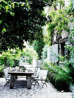 terrasse dekorieren mit viel grun