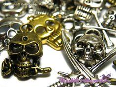 10x Skulls and Crossbone Charm Pendants by KolibriBeadSupplies