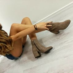 Urban style...pronte per indossarle?!😍 🔛 www.riccishop.it  @yle_heaven #riccishop #tronchetto #camoscio #tacchi #beautiful #belle #shoes #shoesaddict #autumn2016 #fallwinter2016 #fashion #fashionista #inverno #model #readytowear #loveshopping #love #molise #venafro #followus