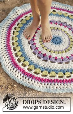 Color Wheel Carpet By DROPS Design - Free Crochet Pattern - (garnstudio) - Crochet for Home - Crochet Diy, Mandala Au Crochet, Crochet Pillow, Crochet Home, Crochet Crafts, Crochet Doilies, Crochet Rugs, Hand Crochet, Crochet Circles