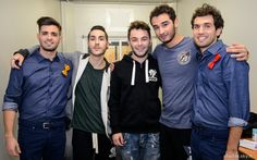 I #Twix Reporters Leonardo Decarli e Federico Clapis insieme ai concorrenti di X Factor Madh, Lorenzo e Riccardo. #Outfit #ATPCO #XF8 #XFactor