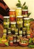 28 - Encurtidos - Consiste en colocar ciertos alimentos, como zanahorias, cebollas, pepinos, aceitunas, alcaparras, entre otros, en un medio hostil para los microorganismos, tal es el caso del vinagre y la sal en agua. Los alimentos son colocados en una disolución de agua con vinagre y sal, en un envase de vidrio, para su preservación. Salsa, Goodies, Jar, Canning, Spaces, Future, Food, Pickling, Olives