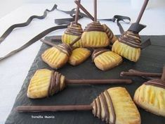 The brooms are ready .- Le scope son pronte… presto che è tardi! Broom-shaped cookies for the Befana! Halloween Drinks, Halloween Treats, Bakery Recipes, Cookie Recipes, Biscotti Cookies, Creative Food, Chocolate Recipes, Food Inspiration, Nutella