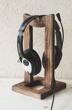 DIY headphone stand - If you merely own a headphone, you would most likely bypass this article. Diy Headphone Stand, Headphone Storage, Headphone Holder, Headphone Splitter, Cool Diy Projects, Wood Projects, Woodworking Bar Clamps, Woodworking Shop, Woodworking Magazine