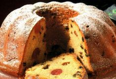 Panettone - Italian Christmas Cake from Milan. This cake is delicious! And only served around Christmas time and New Years. Panettone Rezept, Panettone Cake, Italian Christmas Cake, Christmas Cakes, Christmas Sweets, Bread Recipes, Cookie Recipes, Dessert Recipes, Italian Panettone