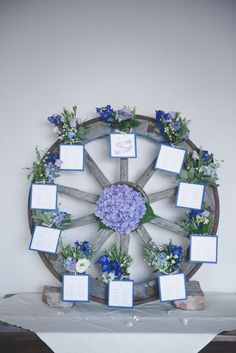 wheel seating plan with purple flowers http://weddingwonderland.it/2015/12/matrimonio-country-azzurro-viola.html
