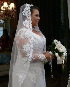 Vestido de noiva romântico bordado + mantilha